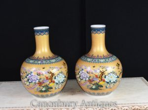 Pair Chinese Porcelain Bulbous Vases Kangxi China